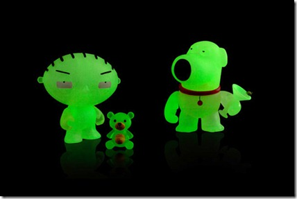 family-guy-x-kidrobot-mini-brian-stewie-glow-in-the-dark-sdcc-edition-00
