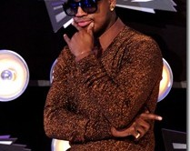 Ne-Yo-in-Prada-Fall-2011-Glittery-Lurex-V-neck-Sweater_thumb.jpg
